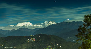 Лунатируйте освещенная горная цепь Kanchenjungha, Сикким, Индия Стоковые Фотографии RF