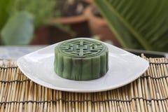 Лунатируйте торт с завалкой Matcha & красной фасоли Стоковые Изображения