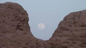 Луна в бледном небе с руинами в Узбекистане видеоматериал