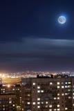 Луна в ночном небе над городским кварталом Стоковые Фотографии RF