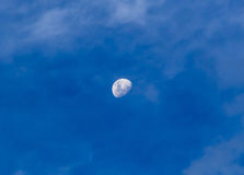 Луна в пасмурном дне Стоковые Изображения RF