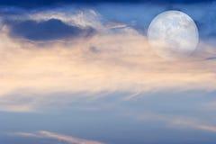 Луна заволакивает небеса Стоковое Фото