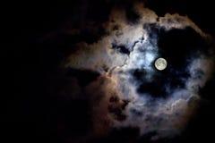 Луна за облаками стоковые изображения rf