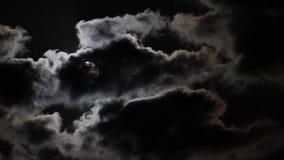Луна исчезая в темных облаках сток-видео