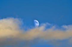 Луна и облака в течение дня Стоковые Фотографии RF