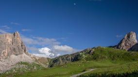 Луна и облака дневного времени над Альпами Промежуток времени сток-видео