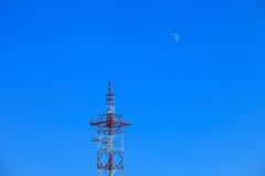 Луна и ТВ возвышаются на ясный день голубого неба Стоковое фото RF