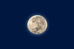 Луна на голубом небе перед восходом солнца в утре Стоковые Изображения