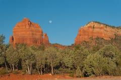 Луна над красными утесами Стоковые Фотографии RF