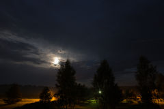 Луна на ноче на облачном небе Стоковая Фотография RF