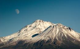 Луна над Mt shasta Стоковое Изображение