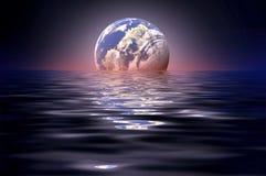 Луна отраженная в воде стоковое фото