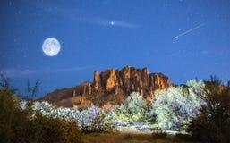 Луна поднимает над горами суеверия стоковая фотография