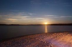 Луна поднимая на ночу Стоковые Изображения RF