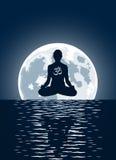 луна предпосылки над йогой вектора Стоковые Изображения