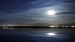 Луна промежутка времени поднимая через ночное небо акции видеоматериалы