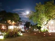 Луна светя над античным комплексом дома стоковые фотографии rf