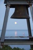 Луна через колокол маяка Стоковые Изображения