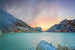 Луна, дым, кратер и Sulfurous озеро Стоковые Изображения RF