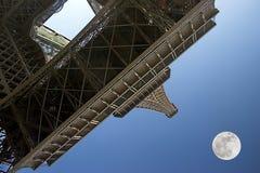 луна eiffel над башней paris Стоковые Фото