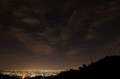 Лунное затмение итога луны крови 14-ое апреля 2014 (4/14/2014) - над городским Лос-Анджелесом, Калифорнией Стоковая Фотография RF