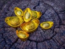 Лунное китайское украшение традиционное на деревянной предпосылке, китайский характер Нового Года на золотых инготах знача богатс стоковые изображения