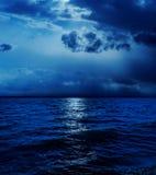 Лунный свет в облаках над водой Стоковое Фото