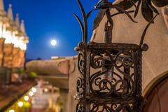 Лунный свет над архитектурой здания Стоковое Фото