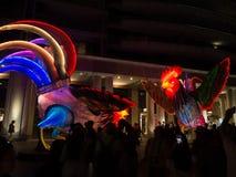 """Лунный фонарик """"петухи символ зодиака петуха будет загорен от сумрака на круговой набережной художником Simone Chua стоковая фотография"""