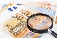 Лупа и куча примечаний евро Стоковая Фотография RF