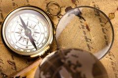 Лупа и старая карта, красочная яркая тема путешествием стоковые фото
