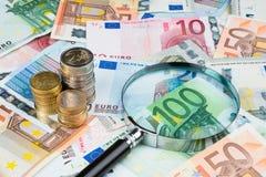 Лупа на деньгах евро стоковое фото