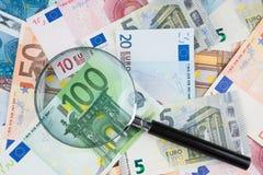 Лупа на деньгах евро стоковая фотография