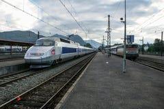 ЛУРД, ФРАНЦИЯ - 22-ОЕ АВГУСТА 2006: Французский быстроходный поезд TGV Atlantique готовое для отклонения на платформе станции Лур Стоковые Изображения