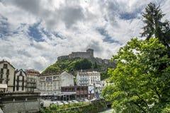 Лурд, midi-Pyrénées, Франция; Июнь 2015: Форт de Лурд замка исторический замок расположенный в Лурде в Hautes- стоковые изображения