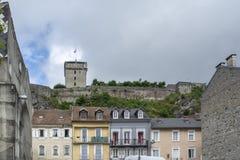 Лурд, midi-Pyrénées, Франция; Июнь 2015: Форт de Лурд замка исторический замок расположенный в Лурде в Hautes- стоковое изображение rf