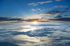 Лучи восходящего солнца над землей планеты Элементы этого изображения поставленные NASA http://www NASA gov/ Стоковая Фотография