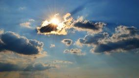Лучи и облака Солнця Стоковое фото RF