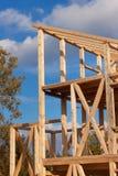 Лучи крыши Солнечный осенний вечер на строительной площадке деревянного дома дом незаконченная Стоковые Изображения RF