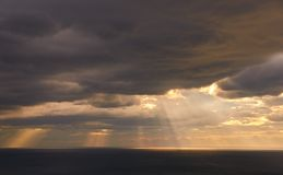 Лучи света во время захода солнца над морем стоковое фото rf