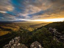 Лучи света от заходящего солнца над долиной горы Стоковые Изображения