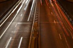 Лучи светов автомобиля, к ноча Стоковые Изображения