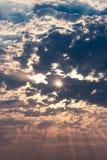 Лучи солнца на голубом небе Стоковое фото RF