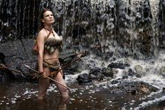 Лучник стоит в воде с луком и стрелы Стоковое Фото