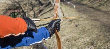 Лучник с взятиями смычка направляет на цель во время конкуренции Стоковые Фотографии RF