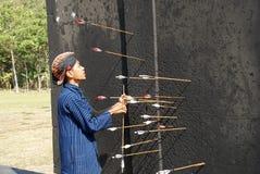 Лучник ` ` jemparingan принимает стрелку которая пропускает цель Стоковое Изображение RF