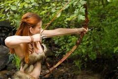 Лучник Redhead снимает смычок Стоковые Изображения