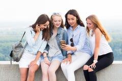 4 лучшего друга делая selfie на предпосылке природы Современная технология, перемещение, образ жизни стоковая фотография