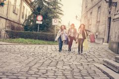 3 лучшего друга идя на улицу Стоковое фото RF