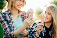 2 лучшего друга имея мороженое и смеясь над совместно outdoors Стоковые Изображения RF